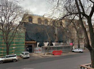 Старинный дом в историческом центре Одессы «украсили» пристройкой и мансардой (фото)