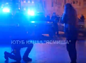 В Одессе правоохранитель удивил народ, позвав девушку замуж у главной елки города (видео)