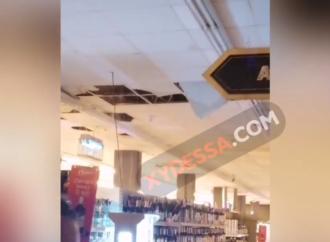 В одесском супермаркете случился потоп: с потолка хлынула вода (видео)
