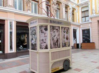 В Пассаж въехал старый одесский трамвай