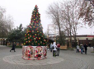 Скоро прибудет Санта: Старосенная площадь в Одессе готовится к встрече Нового года (фото)