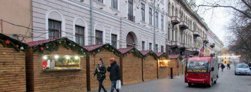 Праздник приближается: на Приморском бульваре выстроились рождественско-новогодние домики (фото)