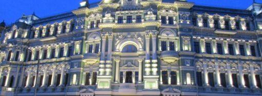 Укрепленный, с обновленным фасадом и подсвеченный: как в Одессе дом Руссова «открывали» (фото)