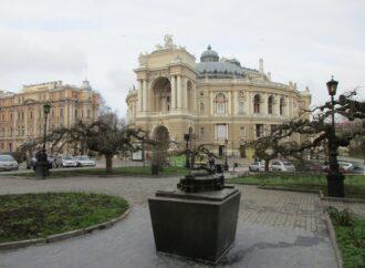 Смотрим пальцами: в Одессе у Оперного театра и Воронцовского дворца появились миниатюрные близнецы