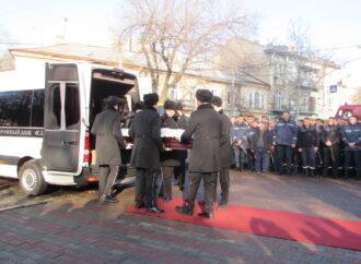 Сотни людей в Одессе пришли проститься с героически погибшим пожарным (фото)