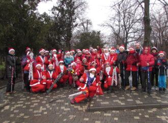 В Одессе Санта-Клаусы устроили забег в заснеженном парке и раздали подарки (фото)