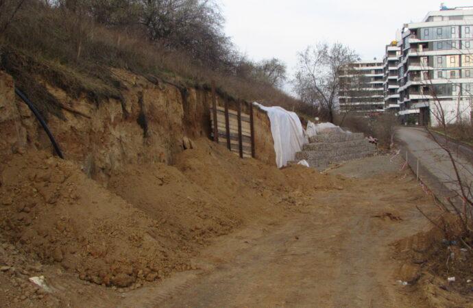 На месте строительства подпорной стены на одесском Фонтане продолжают обваливаться склоны (фото)