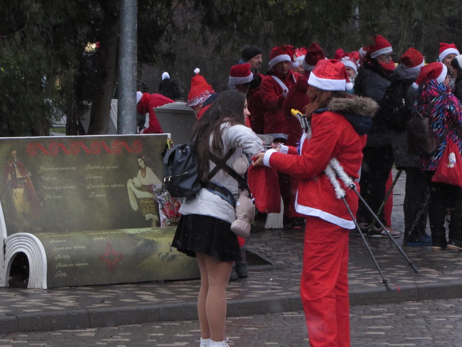 Организатор мероприятия Юлия Шургина подарила сладости прохожей