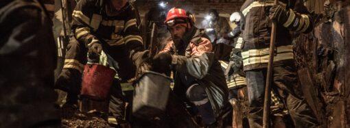 Як рятувальники розбирають залишки згорілого Одеського коледжу економіки (фото)
