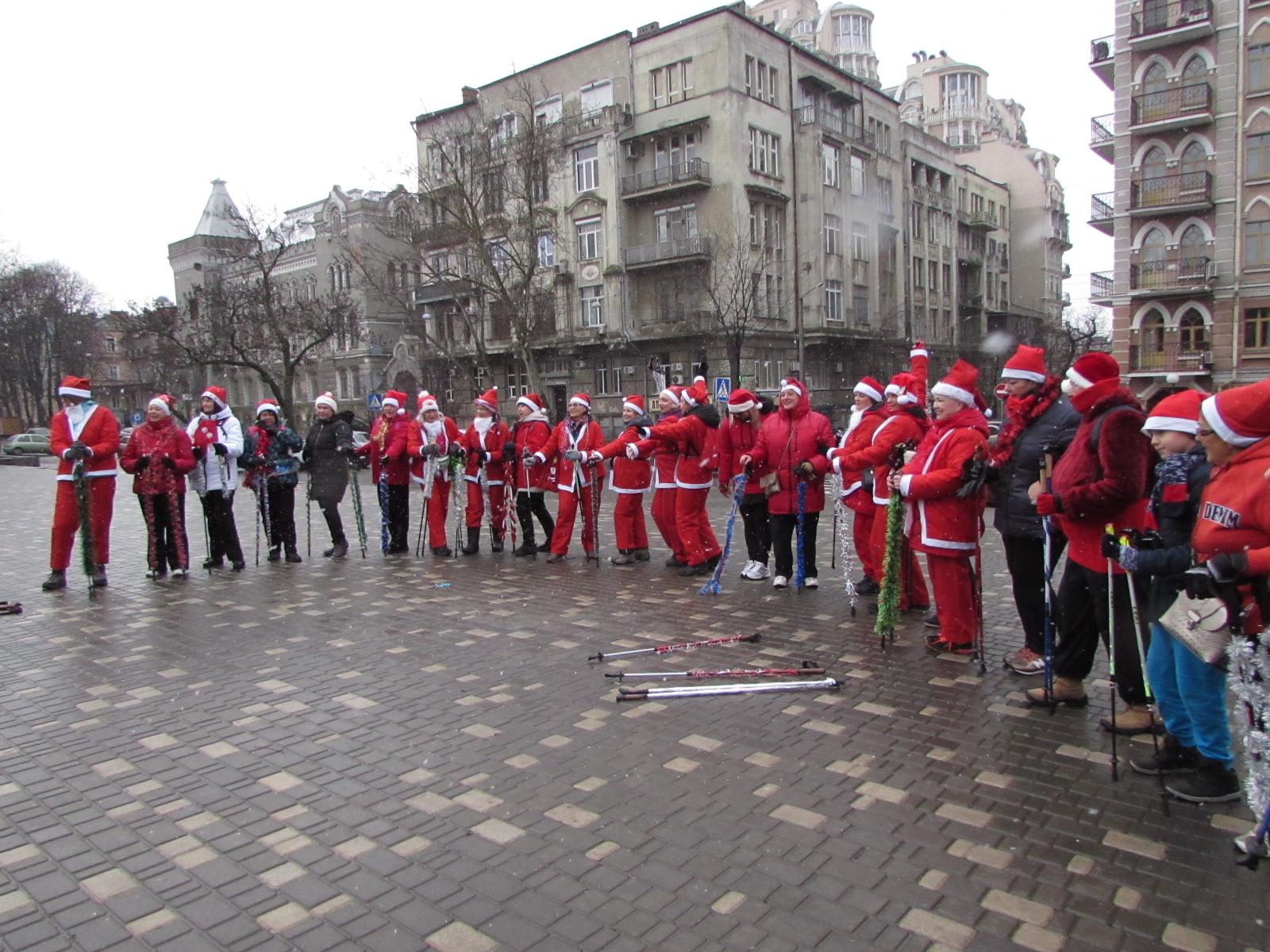 Разминка Санта Клаусов перед 5 километровым забегом