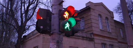 В центре Одессы светофор подвергает опасности участников дорожного движения (фото)