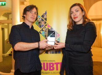 Генпродюсер Одесского кинофестиваля Юлия Синкевич получила награду из рук Киллиана Мерфи
