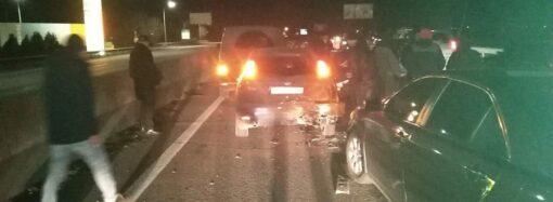 На околиці Одеси зіштовхнулися 5 автомобілів: є постраждалі