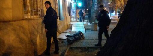 В Одесі поблизу залізничного вокзалу загинув чоловік: з невідомих причин він відмовлявся від допомоги