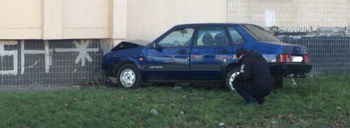 В Одесі водій не впорався з керуванням та в'їхав у будинок (фото)