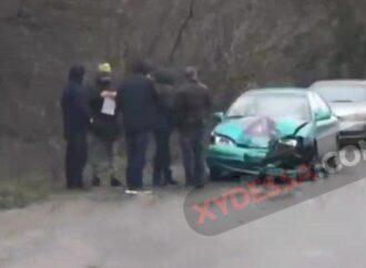 У фуры под Одессой отпало колесо и угодило в движущуюся легковушку