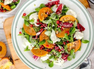 """Вкусно с """"ОЖ"""": как приготовить салат с хурмой и курицей"""