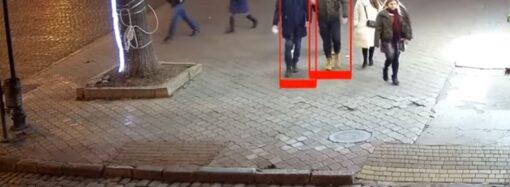 """""""Это не мы"""": камеры засняли, как молодежь в Одессе сломала качели и убежала (видео)"""