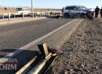 В аварии под Одессой разбилась легковушка, врезавшись в отбойник (фото)