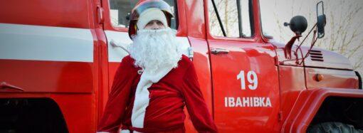 В поселке под Одессой Дед Мороз разъезжал на пожарной машине (фото)