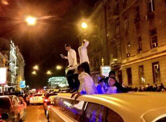 В Одесі у новорічну ніч молодь влаштувала танці на даху лімузина (відео)