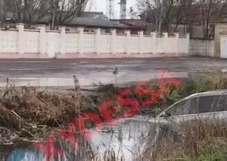 На Шкодовой горе в Одессе машина нырнула в канаву с водой (фото)