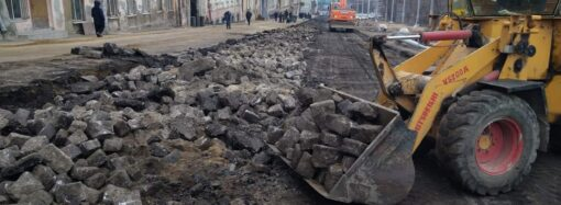 Реконструкція узвозу Маринеско: під шаром асфальту будівельники виявили історичну бруківку (фото)