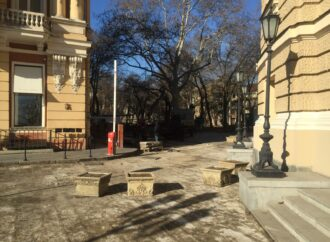 В Одессе благоустраивают территорию у Оперного театра (фото)