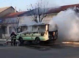 В Одесской области на ходу вспыхнул автобус с нацгвардейцами (видео)