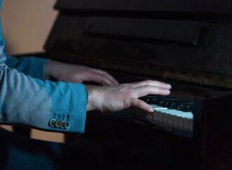 Посреди проезжей части в Одессе музыкант играл на пианино (видео)
