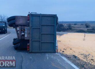 На трассе под Одессой перевернулась фура, груженная зерном (фото, видео)