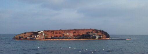 В Одессе никак не решится судьба затонувшего танкера: ждут реакции владельца, но он молчит