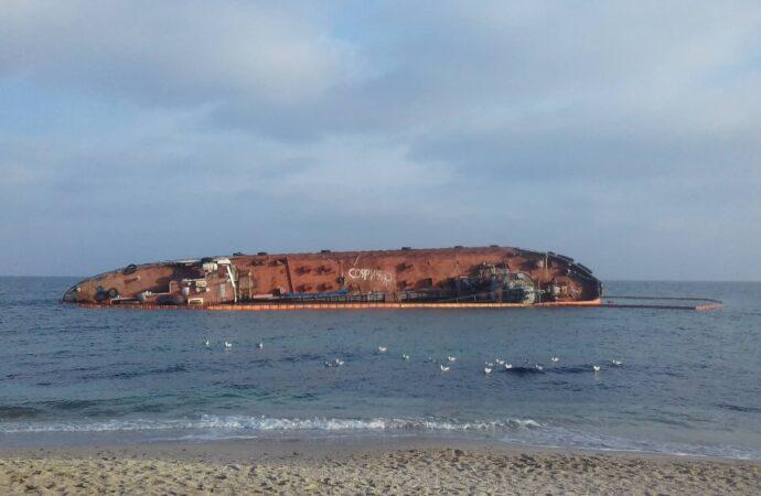 """К концу января в Одессе обещают """"что-то решить"""" с затонувшим на """"Дельфине"""" танкером (видео)"""