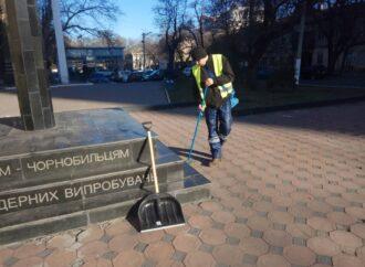 """На праздники в Одессе вандалы """"украсили"""" надписями семь городских памятников (фото)"""