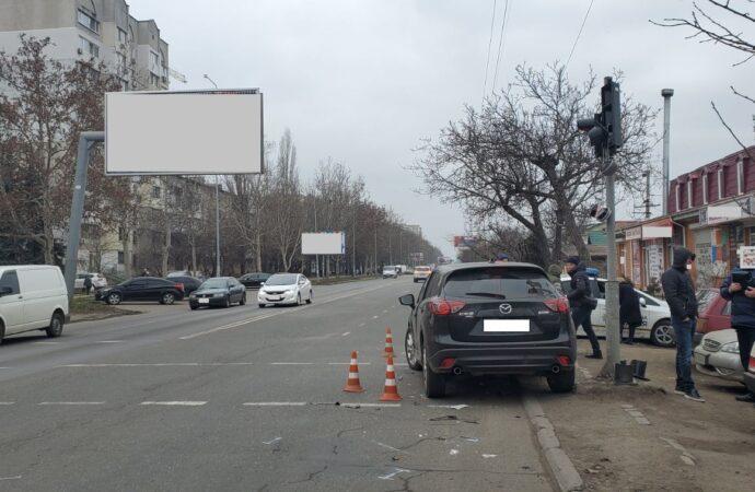 На оживленном перекрестке в Одессе повредили светофор