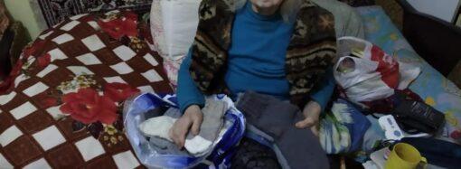 Пенсионерка из Одессы вяжет своими руками носки и дарит их бездомным