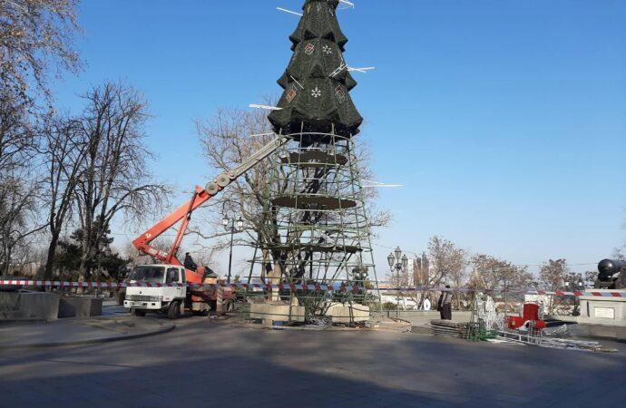 В Одессе разбирают главную елку перед зданием мэрии (фото)