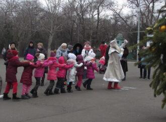 С Дедом Морозом, хороводом и угощениями: как в одесском парке гуляли на Рождество (фото)