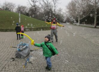 В одесском парке Шевченко творят чудеса и ловят мыльные пузыри