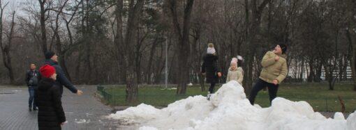 В одесском парке выросли горы снега (фото)
