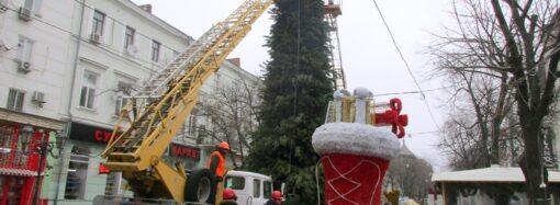 Праздники закончились: в Одессе демонтируют елки и новогоднюю атрибутику (фото)