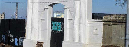 Капремонт спуска Маринеско: новые рельсы, историческая брусчатка и арка – во всей красе