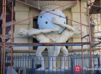 """Жильцы """"дома с атлантами"""" в Одессе отказываются снимать кодиционеры с фасада"""