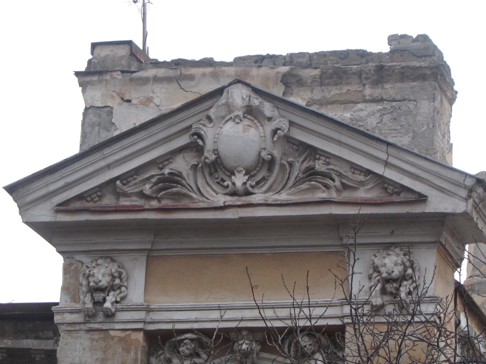 Штукартурка спадает с фасада, видно кирпичи
