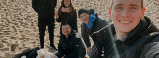 Школьники в Одесской области по собственной инициативе убирают пляжи от мусора