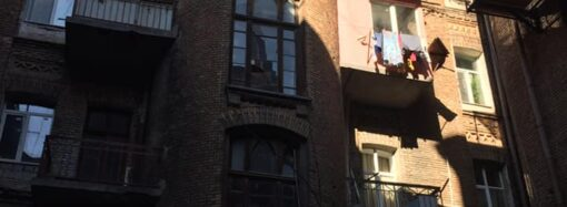 В центре Одессы на памятнике архитектуры меняют старинные окна на металлопластиковые