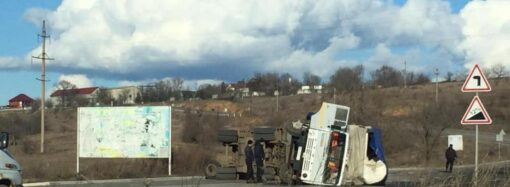 На трасі Одеса-Рені перекинулася вантажівка з добривами (відео)