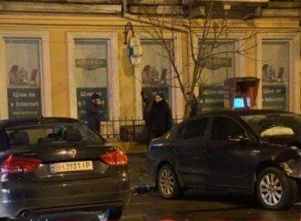 В Одессе столкнулись две легковушки: один автомобиль отбросило на аптеку (видео)