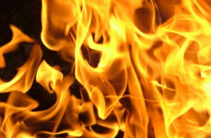 В Одессе большой пожар: полыхает старый мебельный цех (видео)