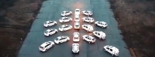 Ялинка з автівок: одеські патрульні оригінально привітали містян зі святами (відео)